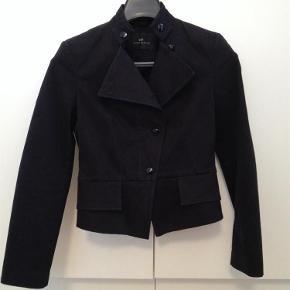 f6bddeb2d0e Varetype: Kort jakke Farve: Sort Lækker figursyet jakke i blødt materiale  med lidt stræk