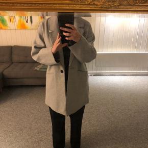 Jeg sælger denne super fine frakke fra Zara, da jeg ikke får den brugt.  Den er i rigtig fin stand og fejler intet. Frakken er i en str. M, men passer også godt en strørrelse small, hvis man vil have en strik indenunder.