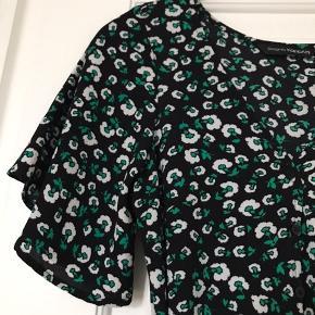 Sommerkjole, købt i udlandet. (Sort, grøn, blomstret) BYD gerne