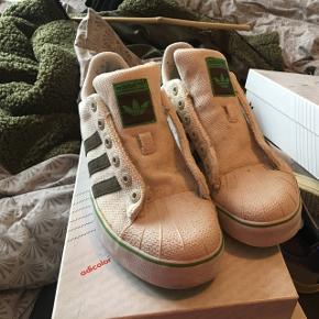 Adidas Superstar Vulc.  Lækker Adidas sko fra 2007. Står i rigtig god stand. Flere billeder kan sendes via mail. Boks medfølger ikke, men snørebånd gør selvfølgelig.   Jeg er samler, så passer godt på mine sko. Nye som gamle. Alle sko vil blive rengjort og renset i hånden inden salg.   Jeg er i gang med at sælge en stor del af min samling, grundet operation (og pladsmangel).   Prisen her er 399,- for en sko der ikke er til at opdrive, så skal du have en sko du ikke ser alle andre gå i, så smid en besked. Priser kan forhandles.   Forsendelse betales af køber, eller der er mulighed for at mødes i Århus C.   Kig eventuelt mine andre annoncer for flere sko.