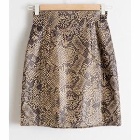 High Waisted Snake Leather Skirt fra Stories. Nypris 1550,- stadig med prismærke og udsolgt overalt