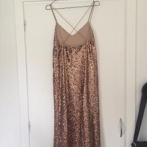 Festlign pallietkjole fra Zara