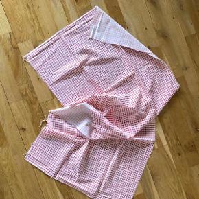 Rødternet bomuldslærred.  Hvid bund med røde tern.  Til fx børnetøj, viskestykke, nederdel, patchwork, gardin, tørklæde....eller?  Vasket men ikke brugt.  Stofstykket er ca. 140 cm bredt og ca. 50 cm i længden.  Sælges for kun 29 kr. + evt. porto.  Kan afhentes på Frederiksberg.