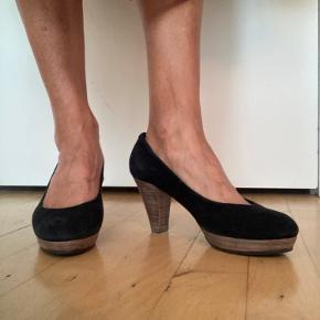 Billi Bi sko i sort ruskind, hælen er ca 7 cm i træ.
