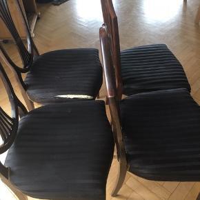 Flotte retro spisebordsstole sort betræk. Lækre stole til spisebord flotte med sort betræk og mange detaljer   Står i 2610 7 km fra Rådhuspladsen i Kbh    Den ene stol skal repareres i stoffet. Sælges også enkeltvis for 300 kr