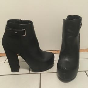 Næsten nye sko, brugt 1 gang, stadig i original æske - lidt slid på indersiden