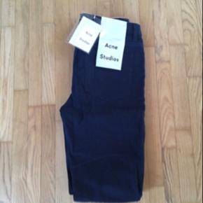 Fede klassiske jeans fra Acne. Aldrig brugt, stadig med mærke. Mørkeblå.  Model King flex. Str. 31/34. 98% bomuld og 2% stretch. Nypris ca. 1200-1400 mener jeg.   Sælger også mange andre fine ting, og giver mængderabat ☀️ sælger f.eks. håndlavede perlesmykker 🌼💕