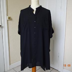 Bluse i str 50 sælges, den er meget stor, der er lommer i siden af skjorten,    Bytter ikke. Brystmål:88 x2 Længde: 92 Materiale: 100 % Polyester Prisen er 90 kr + porto. Se også de andre annoncer jeg har i BIB. .. ..