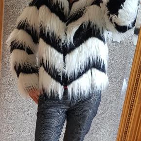 En fin jakke fra Mads Nørregaard i str 36. Passer fint str 36-38. Med 2 lommer. Næsten som ny