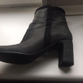 Flot støvlet fra Isabell i str 38. I mørkegrå skind med sorte kanter. Brugt nogle gange men kun indendørs og fremstår rigtig pæne.  Pris er angivet uden fragt.