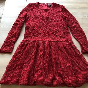 Varetype: Kjole Størrelse: 7-8år Farve: Rød  Super fin klassisk rød blondekjole i str. 8-9 år, lidt lille i str, så passer bedre end pige på 7-8 år. Super fin på og i god stand. Kun brugt i julen.