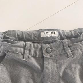 Pæne bukser fra Hound . Der står m i dem . Min dreng har passet dem fra str 12 år. Han er nu 14 og vokset ud af dem. Ved ts handel tillægges gebyr .