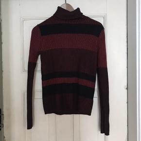 Monki højhalset sweater, str. S. Sælges da jeg aldrig får den brugt, fejler intet!