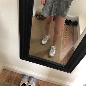Sælger den populære H&M nederdel. Den har været brugt få gange, men har ingen regn på slid.