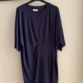 Fineste oversize kjole fra malene Birger i mørkeblå - bemærk den fine detalje på maven. Kan passes af en 34/36🍀