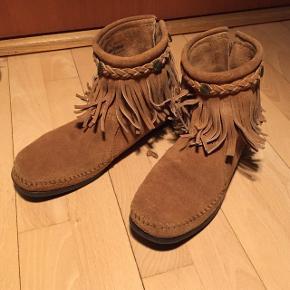 Brune sko med frynser. Skriv fro deler billeder eller mere info. Er åben for bud.  Np:600kr