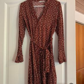Helt ny kjole med bindebånd i livet fra pieces  Brugt en gang