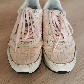 """Fede sneakers i rosa/puder. Tegn på brug ses primært på snørebånd som er lidt slidt og lidt mærker på snuden på den ene sko. Derudover er de i rigtig god stand. Bemærk at der på den ene hæl er en lille forhøjning/knob som de er """"født"""" med."""