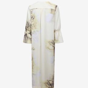 Sælger min smukke kjole fra Baum, dog kun ved den rigtige pris...💛 kjolen er blevet brugt et par gange, men fremstår som fuldstændig ny!