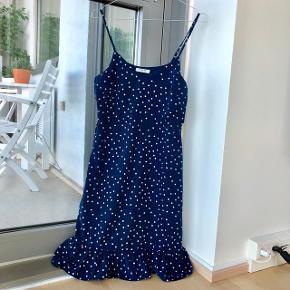 Sødeste sommerkjole - blå med hvide prikker og flæsekant. Bemærk nummer 2 billede - stroppen har været sprunget, så jeg har selv syet den fast igen. ❤️