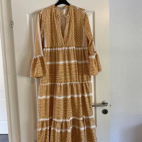 Lang kjole, brugt få gange... Bytter ikke eller tager retur- købt er købt! Faste priser... Køber betaler fragten... Jeg sender ikke yderligere billeder...
