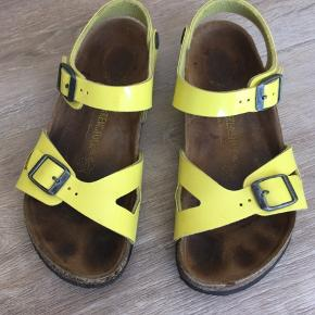 Fine gule lak sandaler.