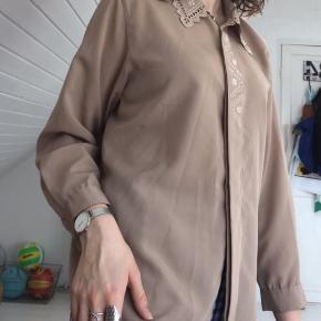 Fin skjorte fra genbrug, har aldrig brugt den. Håber på en god handel.
