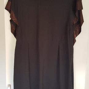 Lækker festkjole med kobbernuancer i ærmer og kobber lynlås i ryg. Længde 83 cm.