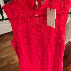 Smuk rød blondetop fra Rosemunde. Aldrig brugt og med prismærke. Nypris: 449 kr.
