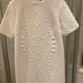 Smukkeste korte kjole fra Zara. Hvid med struktur mønstret stof af kraftig kvalitet.