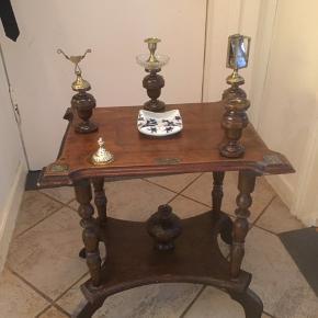Meget gammel cigar bord med askebære cigar klipper lysestage så man kan tænde cigaren. Der er i messing osv.  Skal  repperes her og det mangler en kærlig hånd  med nogle af tingene som er på  Bordet er af træ.