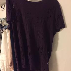 Flotteste lila Iro t-shirt. T-shirten er en størrelse small men dog meget stor i størrelsen. Byd meget gerne:)