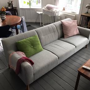Fin sofa fra ILVA, model Narvik. (3 år gammel) 3-4 personers sofa i grå/blå stof og med træben. Kan afhentes på Vesterbro.  Mål Længde: 225 cm Ryghøjde: 77cm Sidde højde: 44 cm Sæde dybde: 60 cm