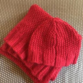 Varetype: Nyt hue og halstørklæde sæt Størrelse: one size/stort Farve: Rød/hindbærrød Prisen angivet er inklusiv forsendelse.  Lækkert sæt bestående af hue og halstørklæde i rødt fra By Malene Birger.  Sættet er helt nyt.  Materiale: 40% polyamide 32% kidmohair 28% Wool  Fragt: kr. 40,00 sendt med DAO