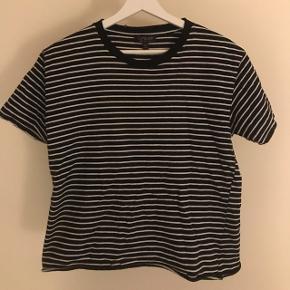 """BYD Nypris 150 kr  T-shirt i sort med hvide striber """"Slid"""" detaljer ved syninger"""