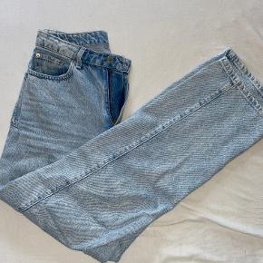 Sælger disse fede Weekday bukser, da jeg desværre ikke får dem brugt. De er en str. 28/30 (M), og sidder perfekt. Byd gerne!