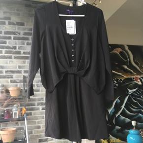 Fin sort kjole fra Vaudeville & Burlesque købt i Urban Outfitters.  Aldrig brugt. Prismærke sidder stadig på.  (Helt sort. Lyset på billedet snyder lidt).
