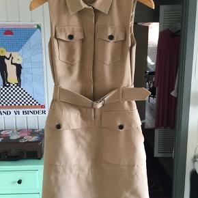 Sælger denne skønne figursyede kjole fra En ældre Karen Millennium kollektion. En rigtig Safaridrøm! Har ingen tegn på slid.