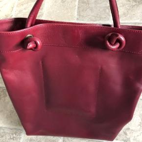 Overvejer at sælge min lækre Acne skulder/håndtaske Den er i super fin stand og stadig stiv i læderet. Passet godt på. Har enkelte steder hvor man kan se den er brugt. Farven er lidt mørkere end på billederne Mål: Ca 40, 36, 14 cm  Np 3500