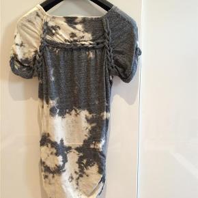 Varetype: T-shirt Farve: grå/sand Oprindelig købspris: 2300 kr.  Isabel Marant T-shirt i tie dry. Smuk T-shirt med flotte detaljer. Den er desværre løbet lidt i stoffet, så der er kommet et lille hul ved syningen, som sagtens kan syes med et par sting.  Fransk 40 str - Dansk 38 str.  Bytter ikke!  Køber betaler evt TS gebyr.