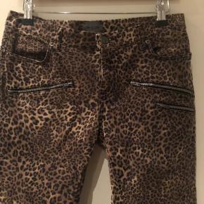 Jeans i dyreprint  Str 29 men lidt smalle i det - vurderer dem til str 36