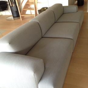 MUUTO SOFA. Den super lækre Connect sofa fra Muuto i kvalitetsmøbelstoffet Grå Steelcut Trio (133). Nypris 32.970,00. Mål: Længde: 351 cm og dybde: 92 cm. Sofaen er ca. 5 år gammel men fejler intet. Den er fra røg- og dyrefrit hjem. Den er blevet renset for under 2 år siden. Hvis man gerne vil have den renset kan man evt. få én hjem til sig selv at gøre det. Jeg har selv prøvet dem der hedder dry-clean(punktum)dk. Det fungerede rigtig fint. Sofaen er til afhentning i slutningen af juni da vi flytter. Byd gerne.