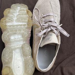 Fine meget sart Rosa Nike AirMax! Købt sidste år. Har ikke kvittering eller box, det samler jeg desværre ikke på sådan noget. Den eneste fejl er snørebåndsopbrud. Men det kan nemt fikses! Skriv for interesse! ☺️