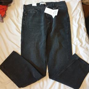 Helt nye og stadig med tags. SAMSØE & SAMSØE jeans, model Kurt, størrelse 31 liv/32 længde. Farven kalder de Storm, jeg kalder den mørkegrå