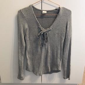 Sælger denne trøje med snørrer Str: L  Prisforlang: 30 kr  Kom gerne med et bud eller spørg for mere information😊