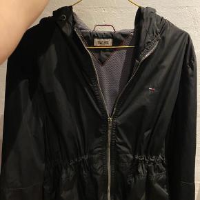 Sælger denne lækre sommer Tommy Hilfiger jakke. Str. L-XL. Den fejler ingenting. Sælges blot grundet jeg har købt en anden, for at prøve noget andet.