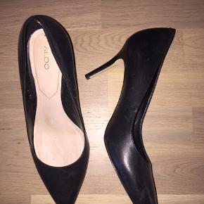Smukke heels, som jeg desværre må erkende er lige det mindste. Klassiske og enkle - gode at have på. Byd 😁