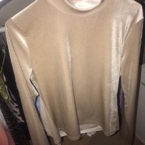 Sælger denne super fede velour trøje i en sandfarvede fra Gina Tricot.