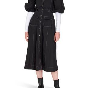Smuk sort kjole fra Ganni  Aldrig brugt passer en 40/42