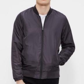 Sort bomber jacket fra Mads Nørgaard. Style: 20361 Jens. Jakken er brugt 2 gange, men i super stand. Nypris 1000kr.